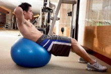 Abdominal-crunch-on-an-exercise-ball-2