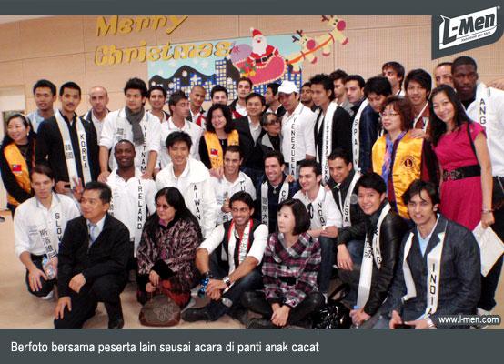 Berfoto bersama peserta lain seusai acara di panti anak cacat