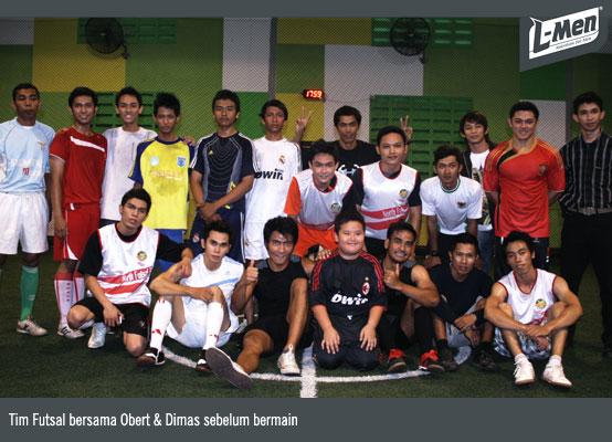 Tim Futsal bersama Obert & Dimas sebelum bermain