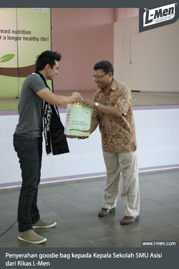 Penyerahan goodie bag kepada  Kepala Sekolah SMU Asisi dari Rikas L-Men
