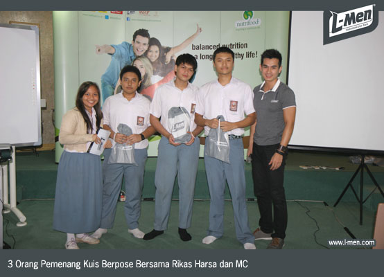 3 Orang Pemenang Kuis Berpose Bersama Rikas Harsa dan MC