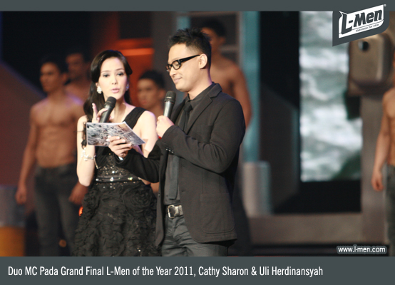 Duo MC pada Grand Final L-Men of the Year 2011, Cathy Sharon & Uli Herdinansyah