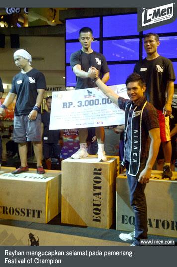 Rayhan mengucapkan selamat pada pemenang Festival of Champion
