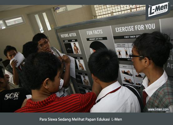 Para Siswa Sedang Melihat Papan Edukasi L-Men