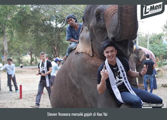 Steven Yoswara menaiki gajah di Kao Yai