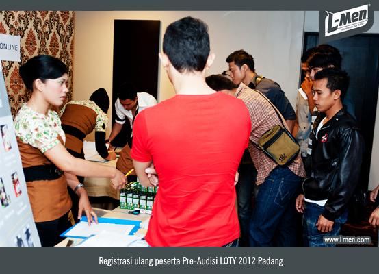 Registrasi ulang peserta Pre-Audisi LOTY 2012 Padang