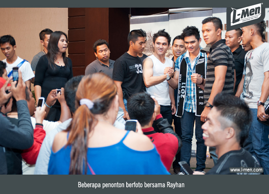 Beberapa penonton berfoto dengan Rayhan