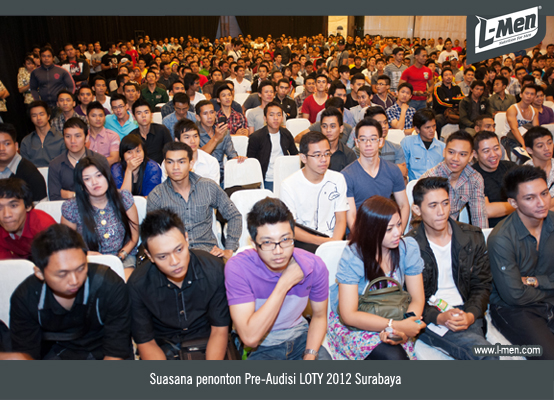 Suasana para penonton Pre-Audisi LOTY 2012 Surabaya